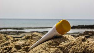 Bien choisir sa crème solaire naturelle et minérale : les 10 critères à respecter